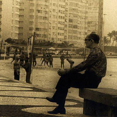 Drummond de verdade no banco em Copacabana