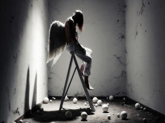 anjo-sentado-na-escada-8d359